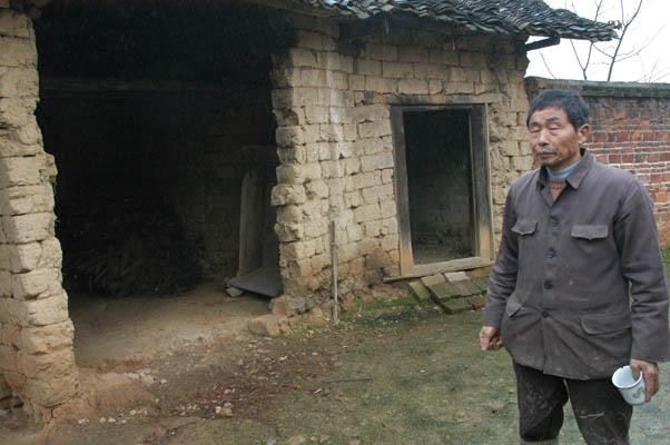 道安長老姪兒傅發忠先生,站在玄關內敍述道安長老騎馬回家的故事。