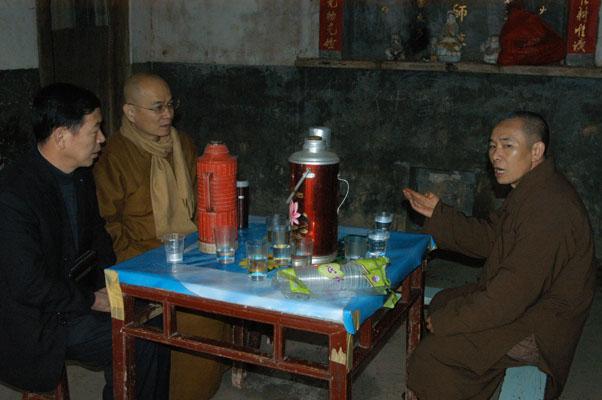 族人以茶水招待客人。