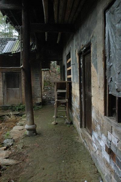 正廳後側,有幾排房間。此排走廊盡處,為道安長老出生的房間。