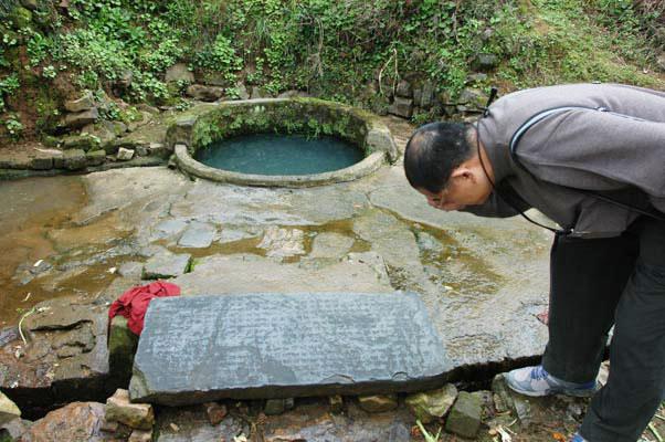 佛國寺到處是記史的石碑,居民拿來當洗衣板