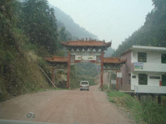 入了岐山,山頂上有名剎仁瑞寺。