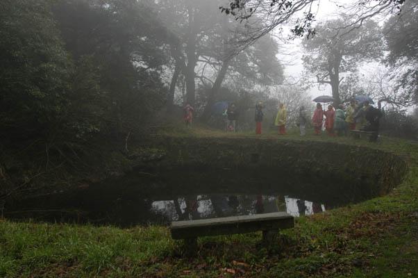 龍池在群峰環繞中,狀似蓮花臺座。